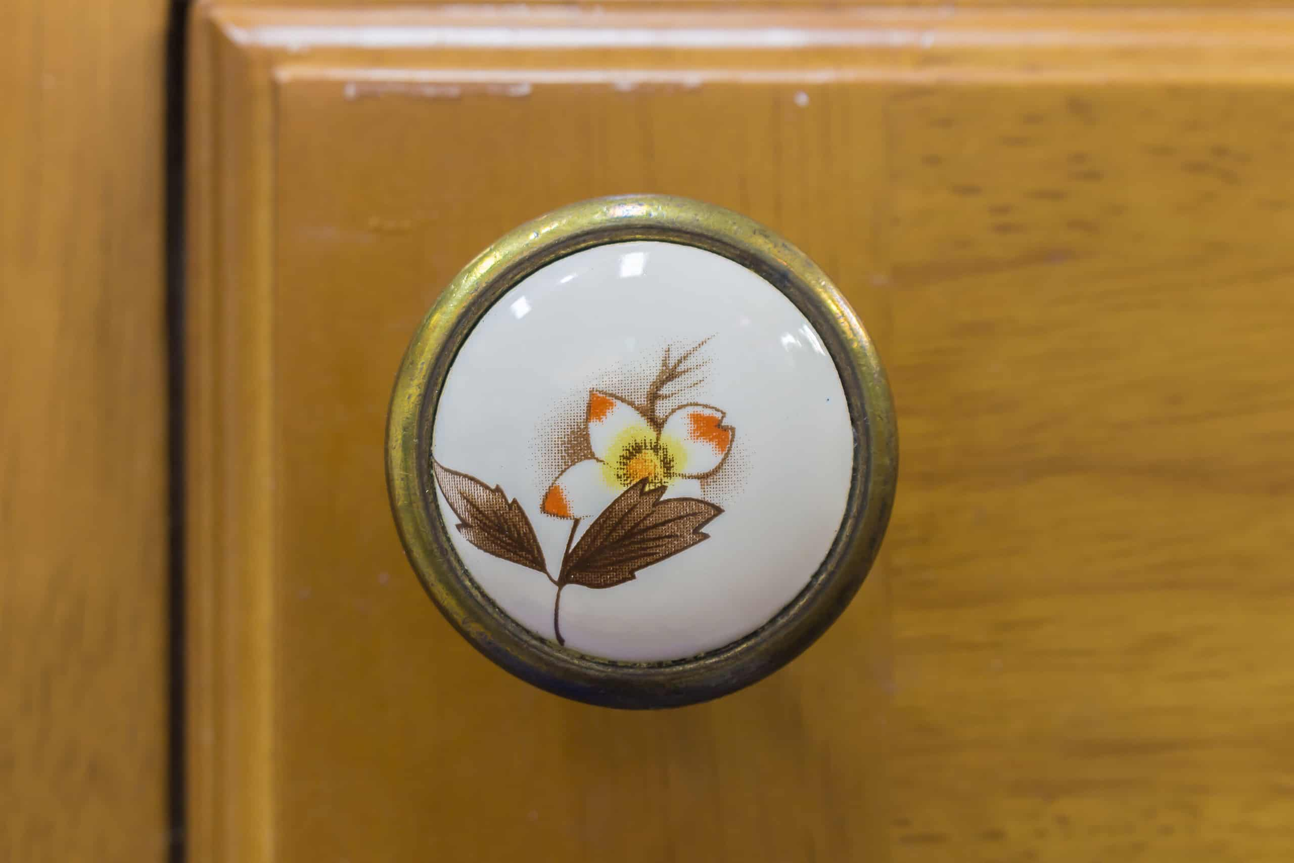 vintage style cabinet door knob painted detail
